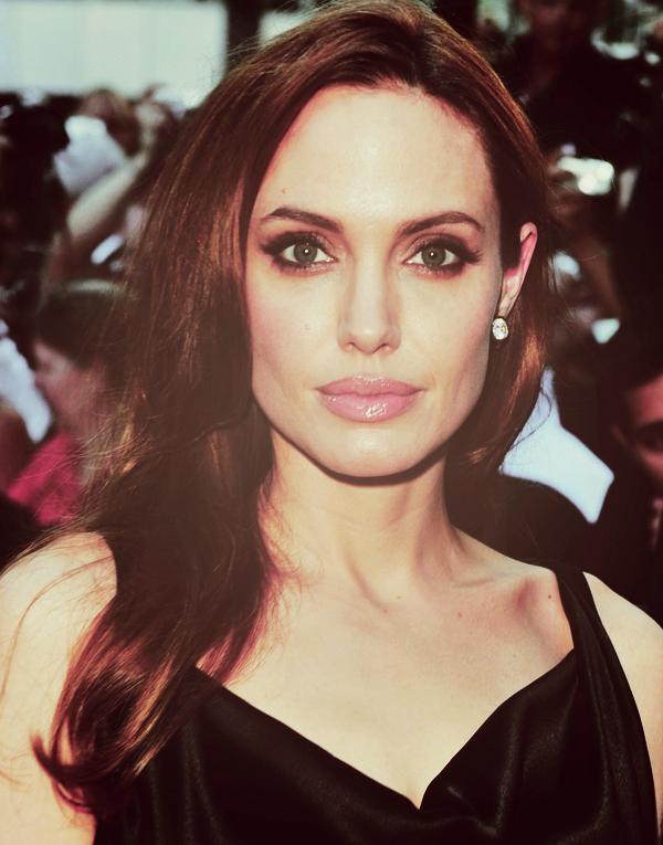 Angelina Jolie a été aperçue le 8 septembre, à Londres, alors qu'elle quittait les bureaux du producteur et réalisateur, Ridley Scott, un scénario à la main. Un nouveau projet ? A suivre ...