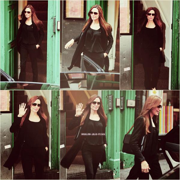 """Angelina Jolie et Brad Pitt ont été aperçus le 18 septembre au matin, alors qu'ils quittaient l'hôtel 45 Park Lane de Londres où ils ont passé la nuit de samedi. Notons le collier couleur émeraude autour du coup d'Angie, bijou de sa propre collection """"Style of Jolie with Robert Procop""""."""