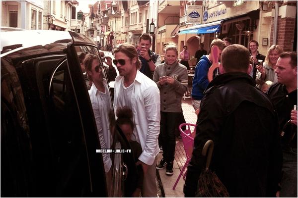 25 août - Le Touquet, France     Brad Pitt et Angelina Jolie ont été aperçus le 25 août, avec quatre de leurs enfants, au Touquet. Ils sont arrivés en début d'après-midi à bord d'un hélicoptère. Ils se sont alors rendus dans une petite brasserie, Le Bureau. Puis, ils se sont rendus dans la boutique Culture Kids et  la famille a ensuite repris le chemin de l'aéroport où les attendait un vol pour Londres