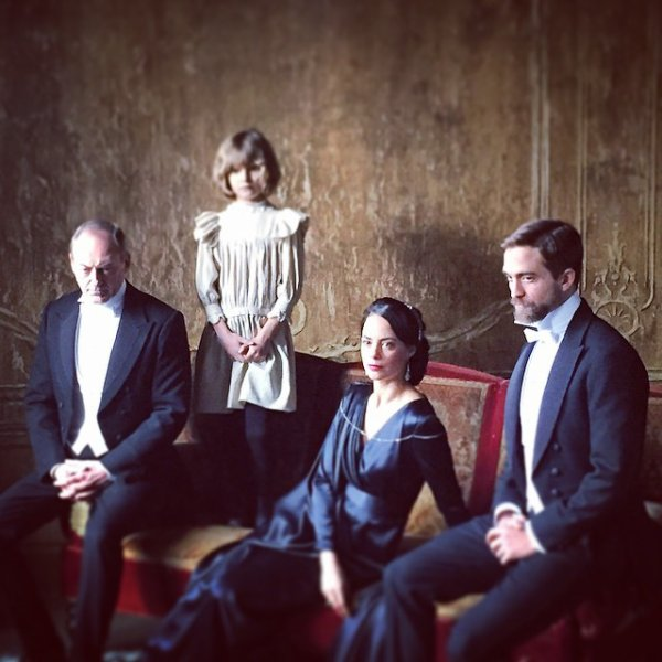 Première photo de Robert Pattinson sur le tournage de The Childhood of a Leader via @LeRPattzClub