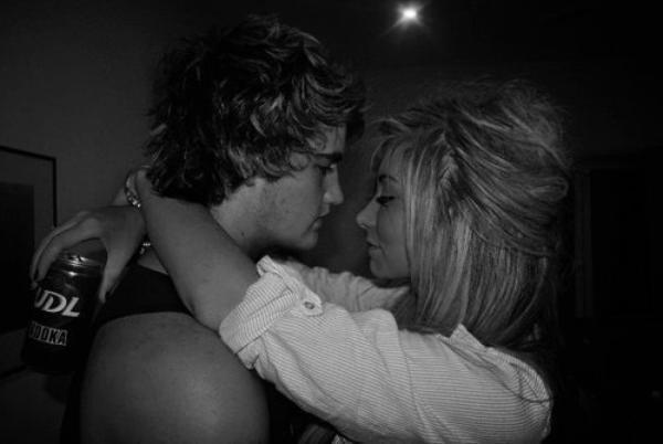 Tous, à pas savoir comment faire avec cet amour trop fort, encombrant, étouffant, gênant et tellement encré en nous. Un amour jamais prononcé, ingérable, incompréhensible, déchirant. Une curieuse sorte d'amour enfuie en chacun de nous à essayer de recoller les morceaux, à comprendre où a commencé ce gâchis. Ne me dis pas que tu m'aimes à moins que tu le penses vraiment, car je pourrais faire quelque chose de fou comme.. y croire.