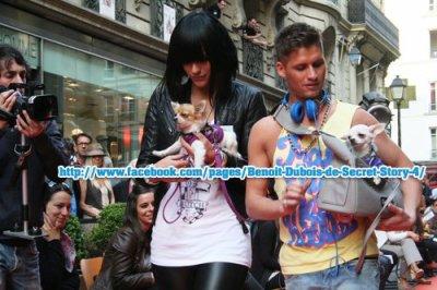 """Thomas & Benoit au défilé canin """"Les VIP de la niche"""" avec leurs chihuahua au Bazar de l'hôtel de Ville à Paris"""