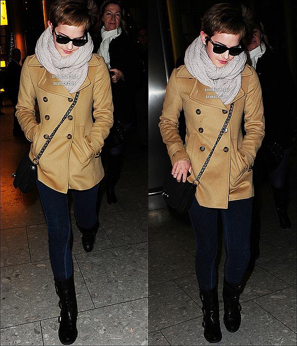 . 14/12/10X-Emma est de retour à Londres pour les fêtes de Noël, elle à étais aperçu à l'aéroport d'Heathrow.  .