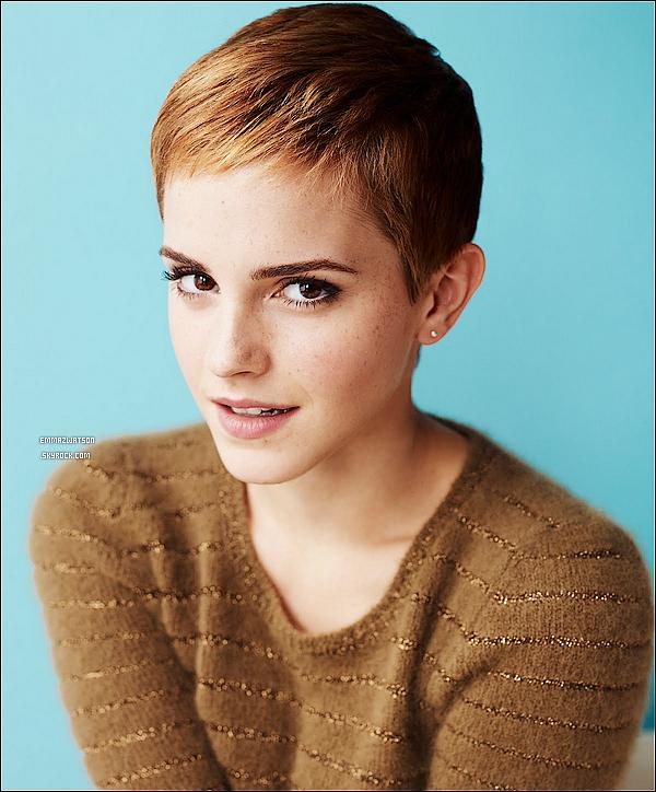 """. Dans une interview, Emma Watson parle de ses traditions de Noël ! . """"Nous avons un feu de bois dans mon salon qui me met vraiment dans l'esprit de Noël,"""" dit Emma Watson lors de notre conversation à Londres. """"Et nous avons des mince-pies. C'est quelque chose de très anglais. Si vous n'avez jamais essayé, les mince-pies sont absolument délicieuses. Vous devez avoir une mince-pie."""" . Emma ajoutes aussi """"Nous regardons toujours de très bons films de Noël de Richard Curtis comme Love Actually Le Journal de Bridget, Jones est Coup de foudre à Notting Hill, ou des vieux drames de BBC, comme Orgueil et Préjugés. J'écoute toujours l'album de Noël de Frank Sinatra et Bing Crosby qui et génial ... Je me blottis avec mes chats. Je suis une personne à chats."""". Emma respecte ses traditions dans son propre chez-elle à Londres qu'elle a paint en blanc. """"Ma vie et tellement chaotique est infernaledonc tout dans mon appartement est blanc."""" explique t-elle. Après les vacances, elle re tourne étudier à Brown et dans son dortoir où """"tout est bleu avec d'autres couleurs calmes.""""  ."""