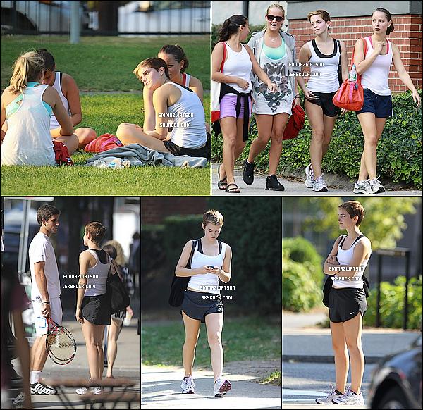 . 25/09/10X-Emma à était aperçu, en tenue de sport, sur le campus de Brown en compagnie de c'est amies. .