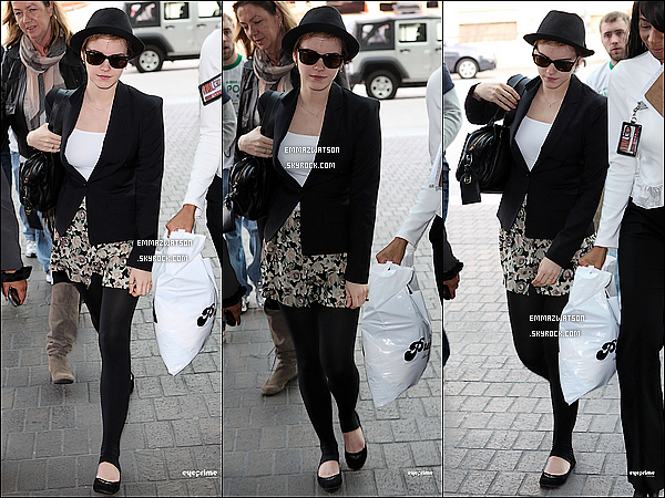 . 08/01/11X-Emma à enfin était aperçu en train de signer des autographes, à l'aéroport de LAX à Los Angeles. .