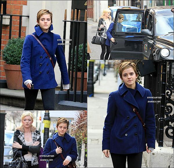 . 12/02/11X-Emma à été apérçu avec sont amie Sophie Sumner, se promenant dans les rues de Knightsbridge. .