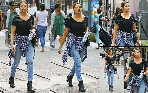 . 26/02/16- Bethany Motaà été photographié faisant du shopping dans les rues de- West Hollywood (+) Côté Look:. Bethany.M portait un jean troué, un tshirt noir ainsi qu'une chemise autour de la taille, tenue assez simple mais splendide, un TOP! .