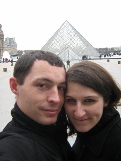 Nous 2 dans la cour du musée du Louvres