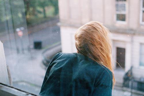 Et dès qu'elle entend son nom, elle relève la tête, l'air de rien, et on peut voir des étoiles briller dans ses yeux..
