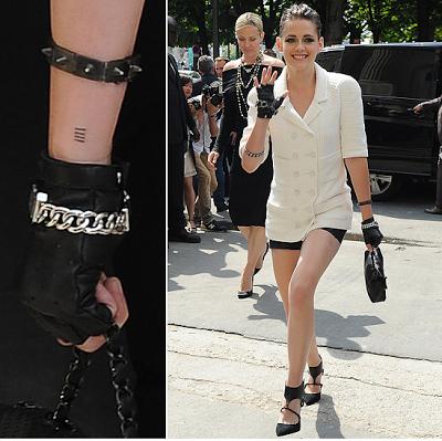 Kristen laisse dévoiler ses tatouages lors de sa première sortie officielle au défilé Chanel