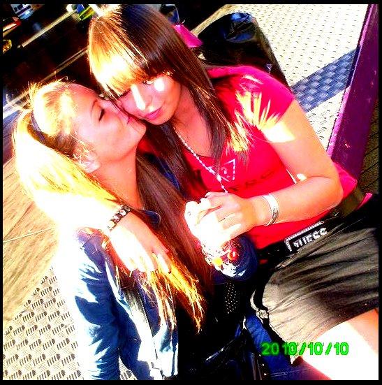 """""""Une fille ordinaire ; et pourtant pas si ordinnaire a mes yeux une amie magnifique , une amie que j'aime beaucoups ♥"""""""