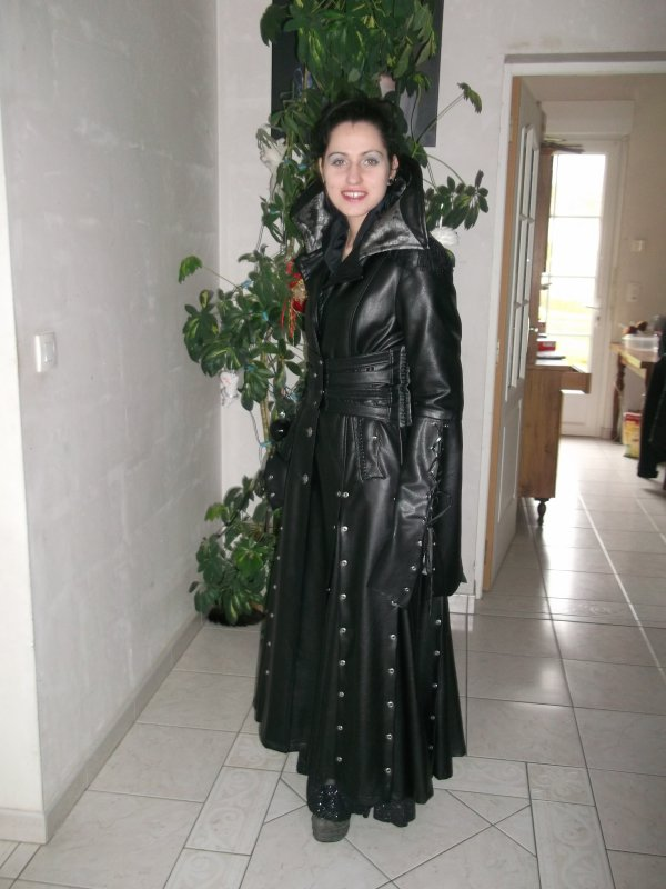moi et mon manteau que j'ai confectionnée etre goth sa fait du bien