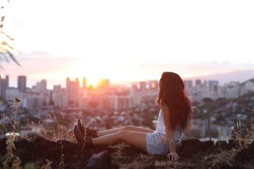 Usé par le silence, usé par le vent, usé par l'oubli, on oublie pourtant qu'un jour on s'est aimés, qu'un jour on a vécu, que la vie est passé, que le passé n'est plus. et nos c½urs qui appellent, et qui hurlent au secours, et non il n'y a plus de ciel, et non il n'y a plus d'amour. Laisse ton c½ur en laisse, comme on laisse celui, qu'un jour on cru d'amour, qu'un jour on cru toujours, puis qu'un jour on croit plus, puis qu'un jour on oublie.