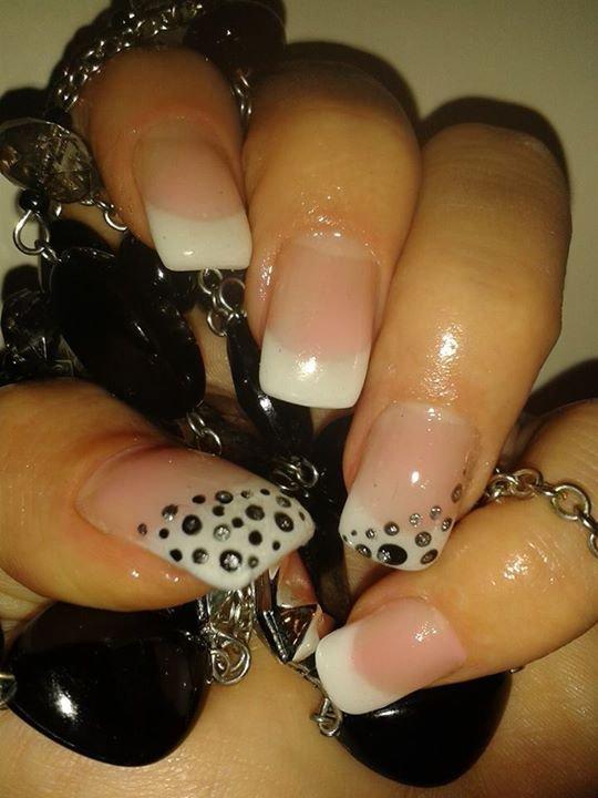 Pose d\u0027ongle en gel uv avec tips french blanche et nail art noir mat et  gris pailletté