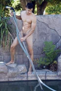 Des employés à domicile payés pour travailler nus