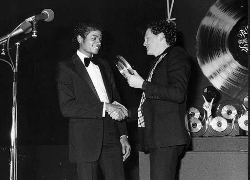 Michael recevant un award à Londres en 1986