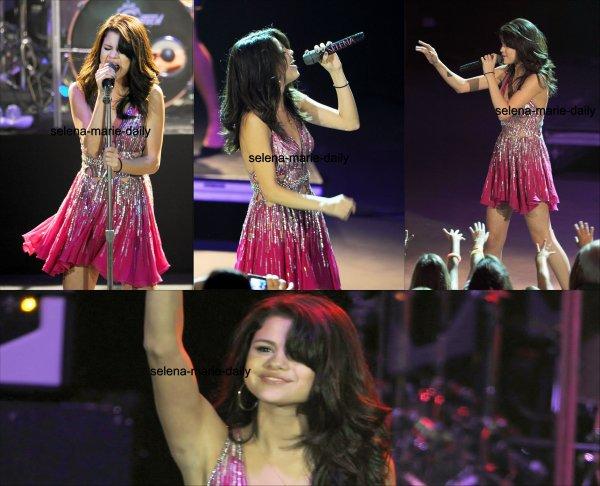 Le 24 juillet, Selena se trouvait au Costa Mesa pour donner un petit concert.