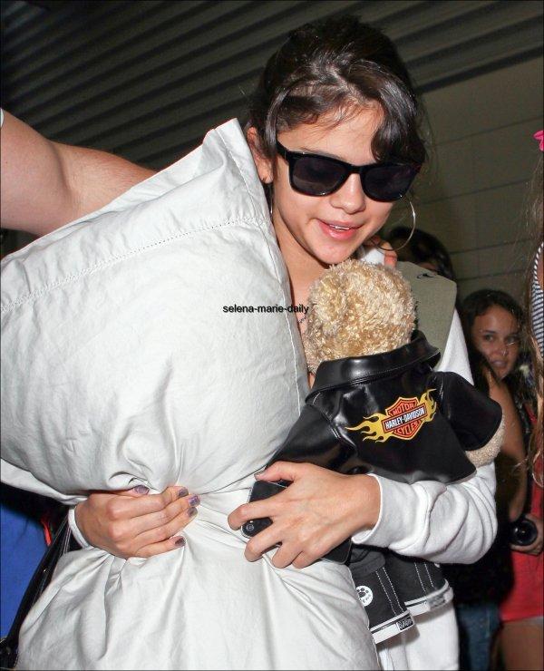 Le 26 juillet, Selena a été vue arrivant à l'aéroport de Miami.