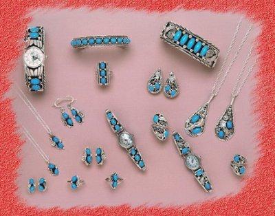 """L'artisanat Amérindiens est d'une grande beauté, transmis par leurs ancètres. De nos jours il y a encore des petits villages Amérindiens qui vient surtout de leur artisanat. Les Navajos fabriquent aussi de belle poterie. Ils sont réputés pour leurs bijoux en argent et leurs belles couvertures solides. Chez les indiens Navajos, les matières ont une portée symbolique: la turquoise, appellée""""pierre du ciel car envoyée par les Dieux du ciel, est porteuse de chance, de joie et de bonheur."""