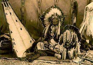 Coiffe: Les parures en plume d'aigles sont les plus prisées des parures d'Amériques du Nord. Ellles sont si populaires qu'aux Etats-Unis seul les amérindiens ont le droit de détenir des plumes d'aigles, du fait que ces pauvres sont jugées essentiellement au maintien de leur culture alors que les aigles sont des espèces strictements protégées. Ces parures peuvent etre très simples, constituées d'une simple plume ou très complexe comme celle des Sioux ou des Arapahos. Elles étaient utilisées tant à la guerre que lors des conseils et cérémonies religieuses.