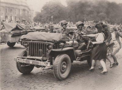 La libération de Paris ou les Américains sont accueillient en Héros par les nombreuses femmes tombés parfois sous leurs charmes.