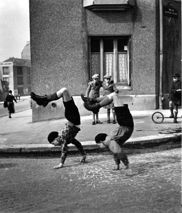 PHOTOS . FAN HO - ROMY SCHNEIDER -AUDREY HEPBURN - ROBERT DOISNEAU