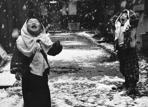 REGARD. . . . . .  La 4 ème photo. Petite fille et sa poupée . Londres 1941.  Auteur inconnu