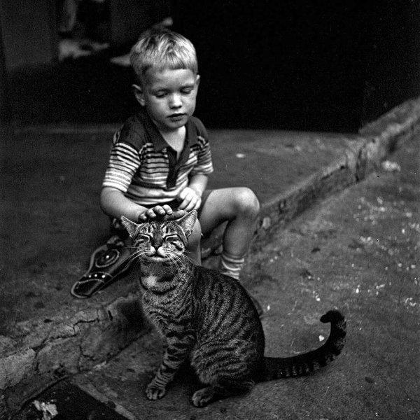 PHOTO.  GERARD WALLER . Autriche 1946.  Le bonheur d'un enfant après avoir reçu une paire de chaussures par la croix rouge Américaine  .   -   PHOTOS  ROBERT DOISNEAU.  -    Photo perso