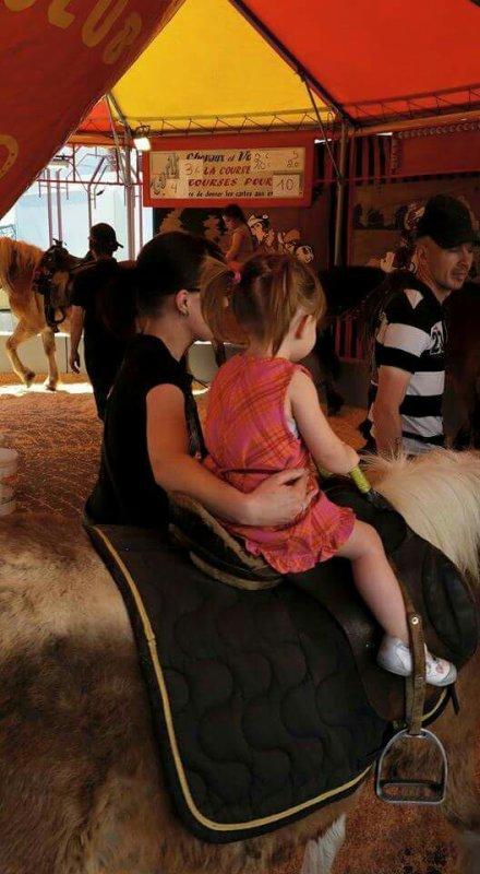 Ma princesse est fier  sur le poney