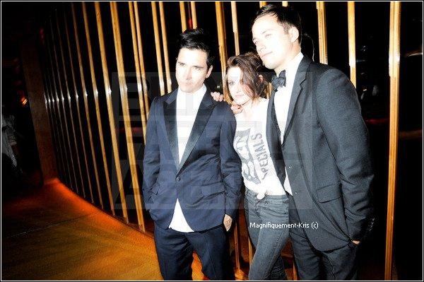 Kristen à quitté ses talons haut & sa robe pour ce rendre à l'after party avec des amis? Génial.