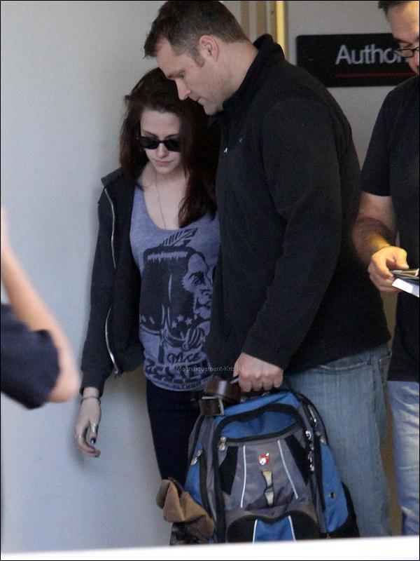 06Juin2011; Kris à l'aéroport pour ce rendre demain à Londres pour les Glamour UK Awards.Elle a une petite mine.. Mais même comme ça, je la trouve choupiiiiiiiie. & toujours avec son garde du corps.♥