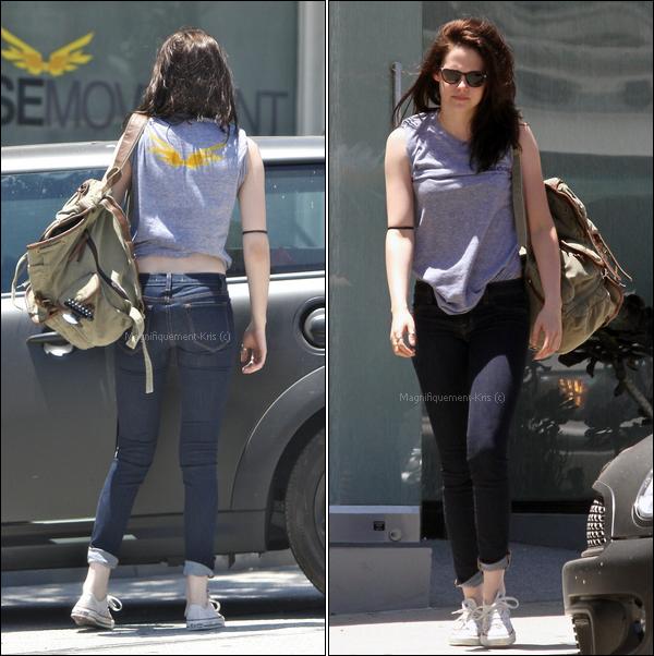 30.06.11 Kristen  retournant à son cours de yoga. Heu.. on va pas être copine Stewart..  si..  tu continus !