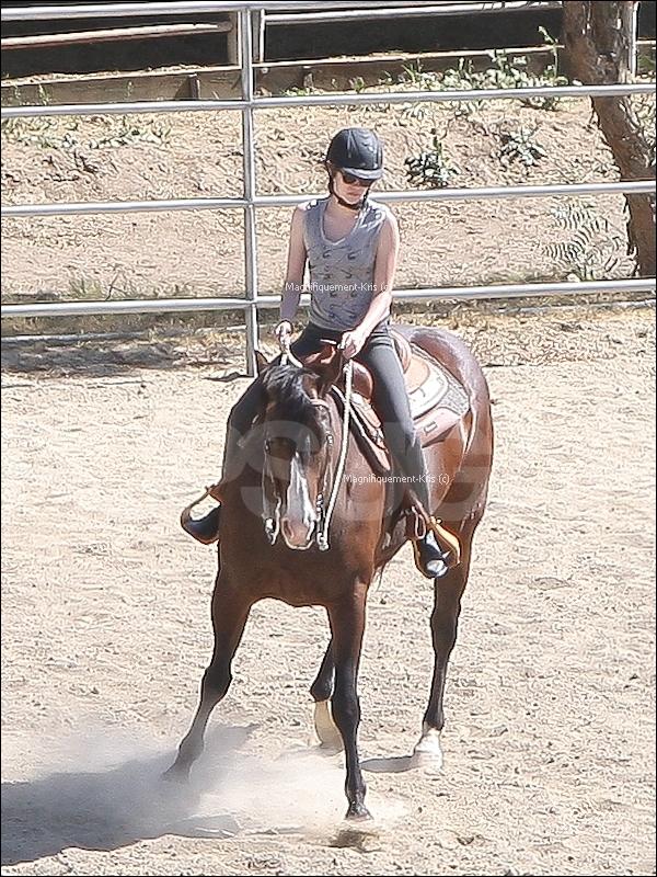 01.07.11 Afin de se préparer pour son film. Kris est allée faire du cheval à LA oui oui, vous ne rêvez pas !