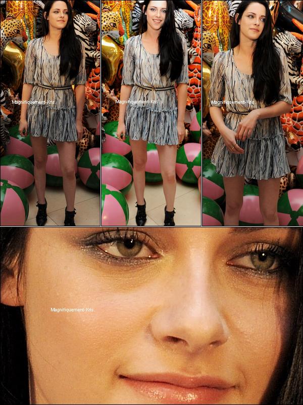 18/09/11 : Kristen  était ce matin au défilé « Mulberry » collection printemps/été 2012 à Londres.toute belle. Elle était accompagnée de la belle Kate Moss et Emma Hill  Tenue: Robe & chaussures: Mulberry collec. 2012.