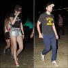 Candid.   22.04.2012 : KStew, Robert Pattinson et des amis étaient une nouvelle fois au Festival Coachella. Elle est beaucoup mieux habillée. Elle parait moins coincée que le jour précédent. J'aime!! D'ailleurs, article complété : (Cliquez)