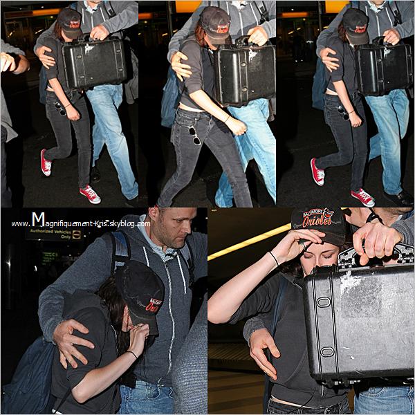 Dimanche 06 mai : Kris et sa joie de vivre quittaient Los Angeles. - On sent bien qu'elle est ravie de voir les paps.