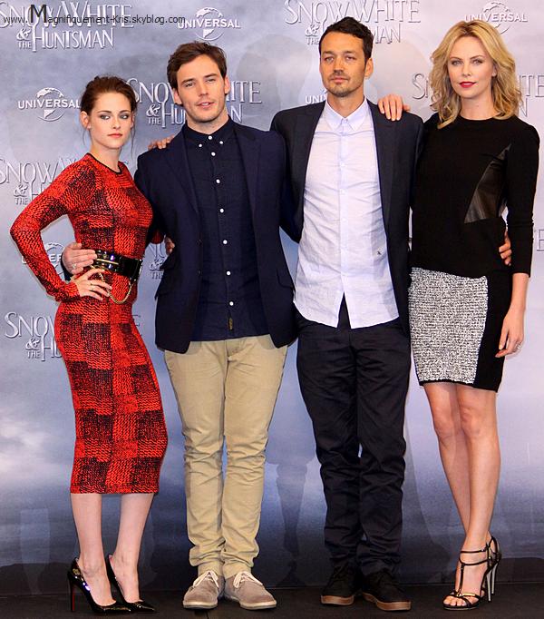 Evénement.   Mercredi 16 mai : K. et le reste du cast étaient à Berlin pour faire la promotion de Blanche-Neige et le C.