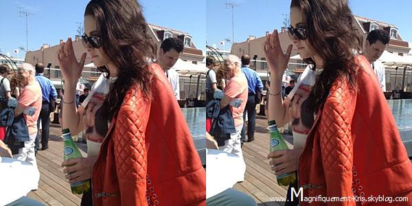Candid.  Vendredi 25 mai : Kristen et son perfecto en cuire ont été vu sur la croisette. Utile la veste, c'est sur.