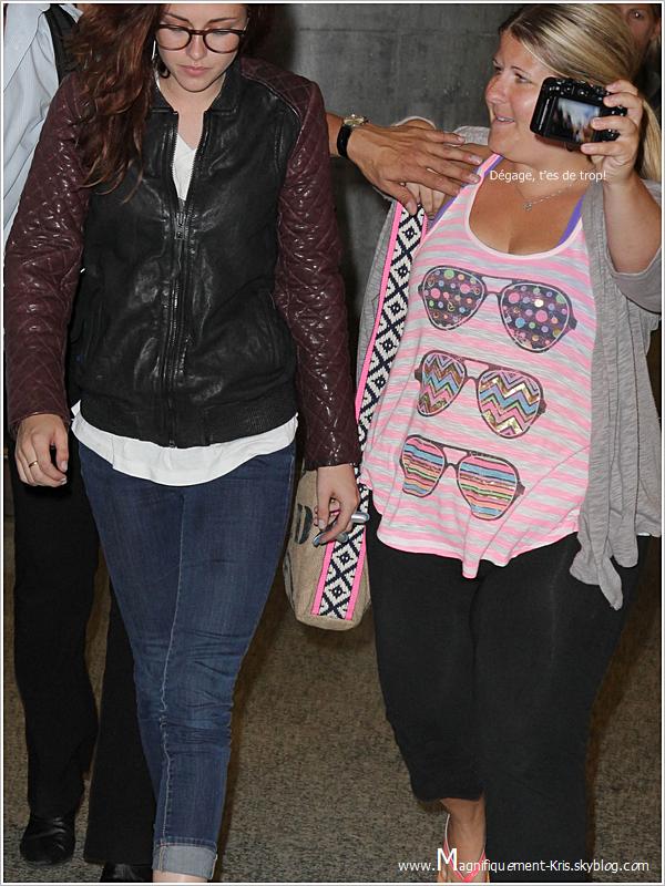Candids | Kristen et ses lunettes quittant l'aeroport de LAX pour attérire quelques heures plus tard à Toronto.
