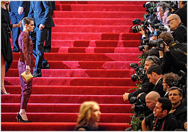 Evènement |L'épouvantail Kristen Stewart s'est rendue au MET Gala à Ney York.  06'05'2013