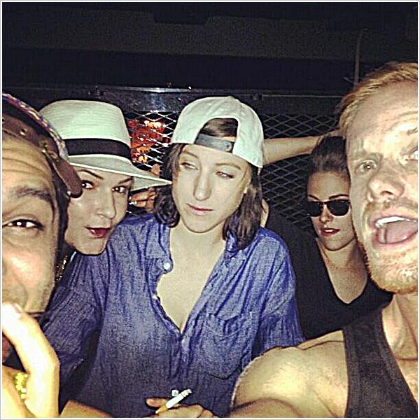 Candid|Un ami à KStew à postée cette photo sur Instagram datant d'hier soir.  12'05'2013
