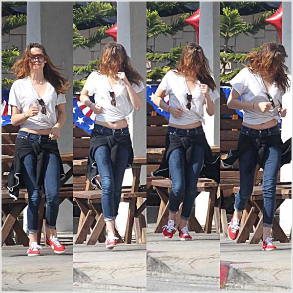 Kristen Stewart, ses cheveux au vent & des amis ont été repérés dans les rues de L.A  26'05'2013