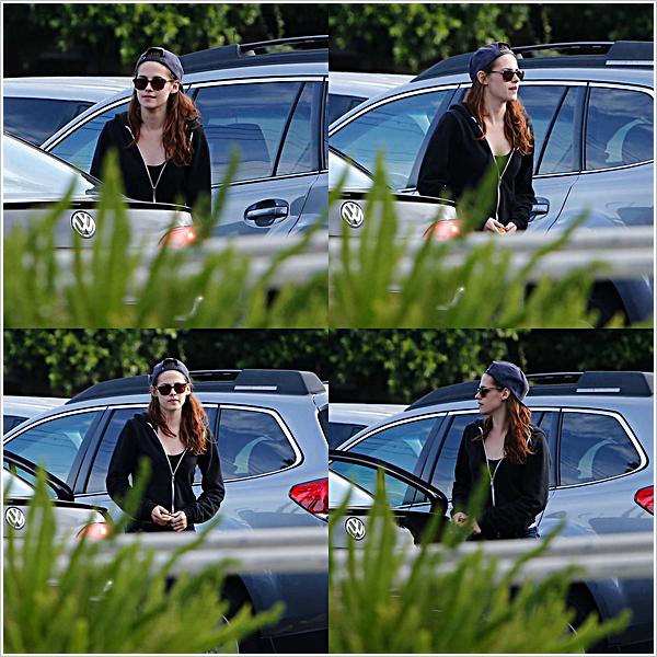 KStew est allée manger au restaurant dans Los Angeles avec sa bande habituelle.  27'05'2013