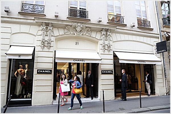 Candid | PARIS | Prendre l'air | 03-07-2013   Kristen s'est décidée en milieu d'après-midi, d'aller faire un petit tour dans la capitale.