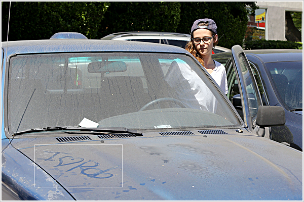 Candid  |  LOS ANGELES  |  Les affaires reprennent  |  08-07-2013     Kristen Stewart a été surprise sortant d'un bureau dans le courant de la journée.