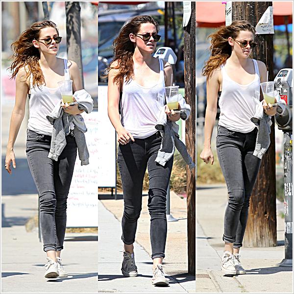 Candid | LOS ANGELES | Sortie entre amie | 09-07-2013   Stewart et une amie se baladant dans Los Angeles sous un soleil de plomb.