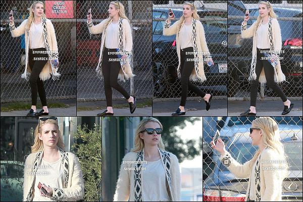 18/11/16 : La miss Roberts a été repérée devant un studio, où elle faisait un facetime, dans West Hollywood. C'est une nouvelle fois scotchée à son téléphone que nous retrouvons notre blondinette. Sinon j'aime sa tenue, surtout le gilet. Top ![/font=Arial]