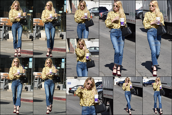 19/10/16 : C'est dans une tenue colorée qu'Emma a été vue quittant le Coffee Beans, dans - West Hollywood. J'aime beaucoup la tenue sauf les chaussures qui font vieillottes. C'est dommage, Emma aurait pu faire un sans fautes ! Qu'en penses-tu ?[/font=Arial]