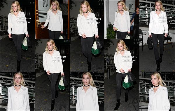 16/11/16 : Emma a été aperçue alors qu'elle quittait le restaurant Madeo avec une amie, dans West Hollywood. Elle a opté pour la tenue classique : chemisier blanc et pantalon noir. Mais le sac égaye un peu le tout. C'est donc un top pour moi.[/font=Arial]